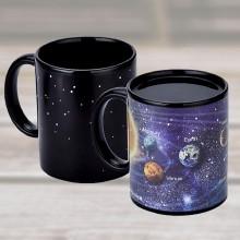 Farveskiftende kop med planeter